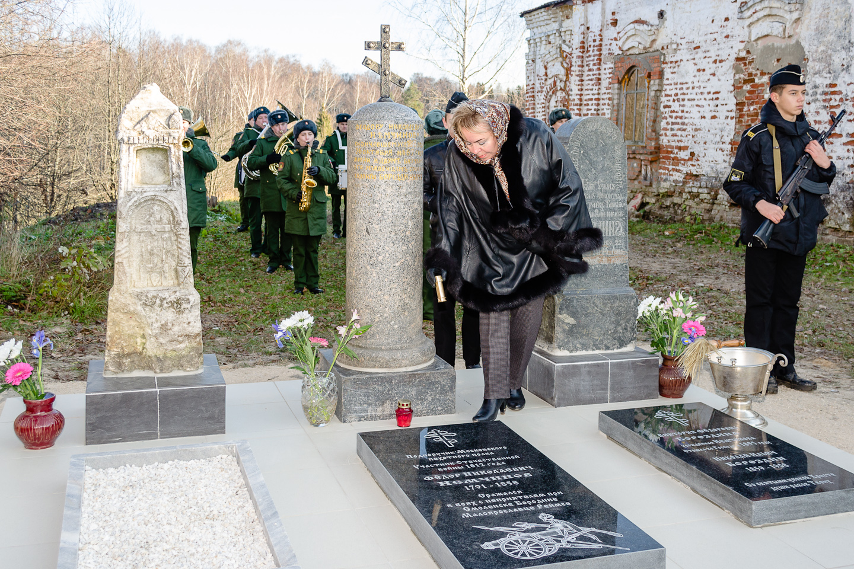 memorial-nemchinovu-kapsula-s-zemley
